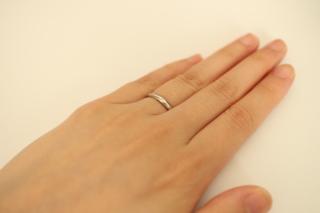 【銀座ダイヤモンドシライシの口コミ】 シンプルで細身なところが大変気に入りました。  ダイヤが少しちりばめら…