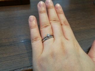 【アトリエミラネーゼの口コミ】 婚約指輪と重ね付けできる指輪を探していて、いろいろ考えてましたが、つ…