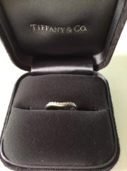 【ティファニー(Tiffany & Co.)の口コミ】 婚約指輪と一緒にはめられるデザインの指輪を探していました。 この指輪は…