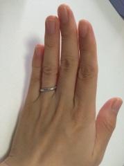 【アイプリモ(I-PRIMO)の口コミ】 上の方にいくつも散りばめられたダイヤがさりげなく、上品な指輪だったの…