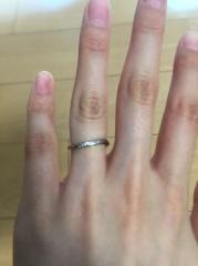 【俄(にわか)の口コミ】 指輪の決め手は中央に施してあるホワイトダイアでした。5つほどホワイトダ…