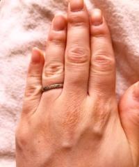 【4℃(ヨンドシー)の口コミ】 指が短いので、細くてシンプルなデザインをさがしていました。 石が一つの…