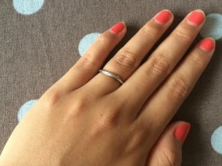 【CITIZEN Bridal(シチズンブライダル) / ディズニーシリーズの口コミ】 指輪がS字の形状で細身になっており、指が細く見えることと、V字の婚約指…