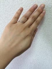 【アンジェリックフォセッテ(Angelique Fossette)の口コミ】 リングが斜めにカーブしており、指がとてもきれいに見えるデザインだなと…