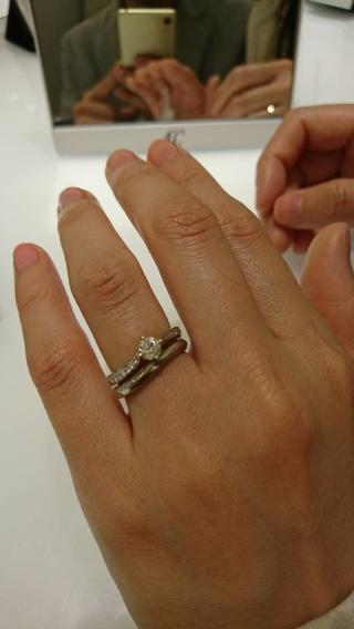 【4℃(ヨンドシー)の口コミ】 指輪のカーブの描き方が指に沿っていて、綺麗でした。プラチナの重みはあ…