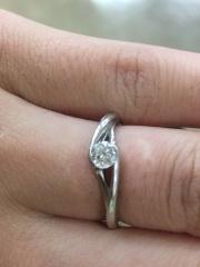 【俄(にわか)の口コミ】 ダイヤモンドを包み込むようなデザインです。もともと日常生活でも使用した…