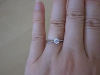 【4℃(ヨンドシー)の口コミ】 ダイヤモンドのカットが美しいので気に入りました。リングの形状も少しカー…