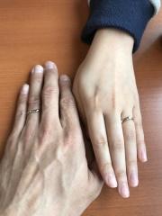 【Crown&Tiara(クラウン アンド ティアラ)の口コミ】 自分は指輪の違いはよくわからないもので、妻に選ばせて、デザインと色が気…