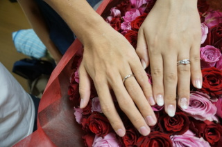 【銀座ダイヤモンドシライシの口コミ】 指に沿うように作られており少し指が長く見えます。右側にダイヤモンドも使…