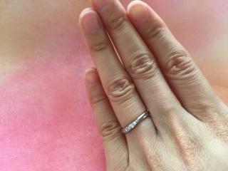【ラザール ダイヤモンド(LAZARE DIAMOND)の口コミ】 結婚指輪も石付のものを希望していました。  流れるような美しい曲線と、 …