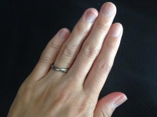 【俄(にわか)の口コミ】 ストレートタイプの指輪に見えて、実は緩くねじれているデザインが気に入…