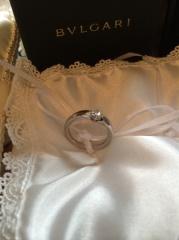 【ブルガリ(BVLGARI)の口コミ】 ダイヤの石のサイドのリング部分がなだらかに細くなっているデザインの為、…