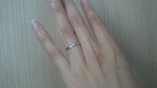 【アイプリモ(I-PRIMO)の口コミ】 指輪自体はストレートタイプだけど、デザインは斜めにが入っていて、優しい…