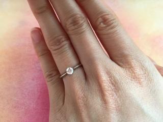 【ラザール ダイヤモンド(LAZARE DIAMOND)の口コミ】 飽きのこない一粒ダイヤの指輪を探していました。  この指輪はシンプルな…