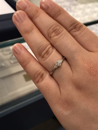 【銀座ダイヤモンドシライシの口コミ】 「アイグレイ」輝きの女神の名前の通り、サイドのダイヤが輝きを際立たせて…