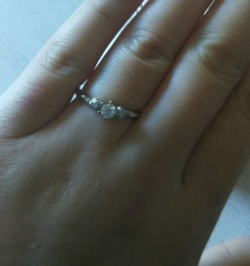 【JEWELRY  KAMATA(ジュエリーかまた)の口コミ】 メレダイヤの台座の形が花の形になっているのが一番の特徴です。リング部も…