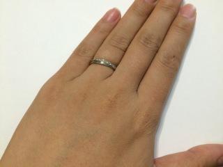 【Felice(フェリーチェ)の口コミ】 流れるようにラインと表面に入っているダイヤがさりげなく、それでいてマ…