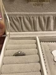 【JEWELRY  KAMATA(ジュエリーかまた)の口コミ】 中央のダイヤの横にも小さなダイヤがついているデザインが気に入りました。…
