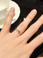 【JEWELRY  KAMATA(ジュエリーかまた)の口コミ】 指輪の上にダイヤのリボンが乗ったようなデザインで可愛かったです。横か…