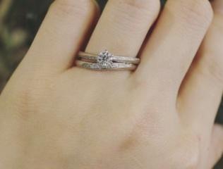【アトリエミラネーゼの口コミ】 メインのダイヤモンドもメレダイヤもとても綺麗で、デザインも好みで着けた…