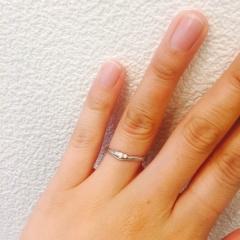 【JEWELRY  KAMATA(ジュエリーかまた)の口コミ】 シンプルな中にもダイヤが3つ並んでることで特別感のあるデザインになって…