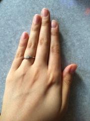 【PROPOSE(プロポーズ)の口コミ】 メレタイプの形状ですので、指になじみやすく細く見えるという部分と中央…