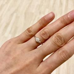 【MAGGIORE(マジョーレ)の口コミ】 デザインは、メインのダイヤの両サイドに、小さなメレダイヤのあるリング…