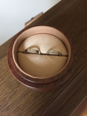 【COLANY(コラニー)の口コミ】 女性用は婚約指輪と重ねづけ出来るデザインを選びたいとおもっておりまし…