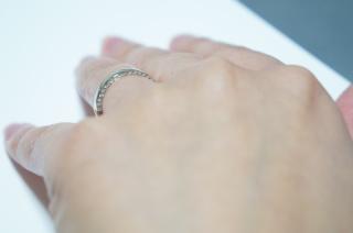 【ギンザタナカブライダル(GINZA TANAKA BRIDAL)の口コミ】 一見シンプルなデザインですが、角度を変えて側面を見るとダイヤがびっし…