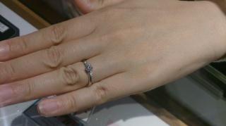 【銀座ダイヤモンドシライシの口コミ】 元々メレというデザインの指輪を探していました。ダイヤモンドももちろん輝…