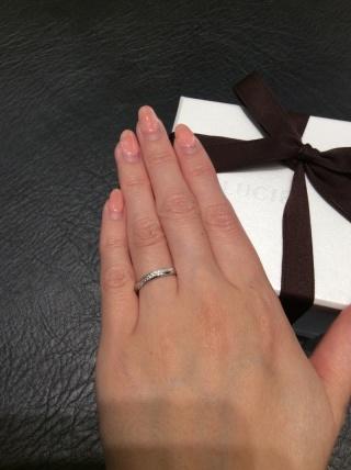 【LUCIE(ルシエ)の口コミ】 婚約指輪と同じブランドで選びました。手が大きく、指輪がこじんまりして…