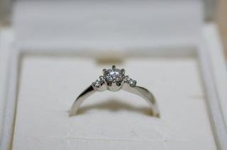 【4℃(ヨンドシー)の口コミ】 結婚指輪と重ね付けをしたかったので、小ぶりのデザインにしました。 両端…