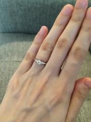 【エクセルコダイヤモンド(EXELCO DIAMOND)の口コミ】 メレタイプで、6つ爪のもので探していた。選んだ指輪は可愛さと大人っぽさ…