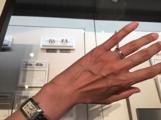 【N.Y.NIWAKA(ニューヨークニワカ)の口コミ】 ゴールドと、プラチナ部分と、二色使いが楽しめ、ダイヤモンドがぐるりと一…