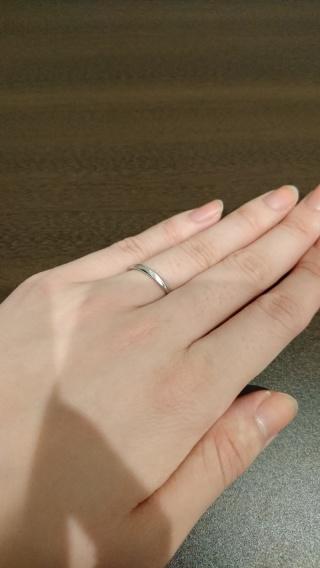 【ROYAL ASSCHER(ロイヤル・アッシャー)の口コミ】 指輪のデザインが、ツヤがない部分とある部分とで交互になっていてすごく…