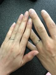 【銀座ダイヤモンドシライシの口コミ】 婚約指輪と重ね付けするのと、指のフィット感に合わせて、様々な形の指輪を…