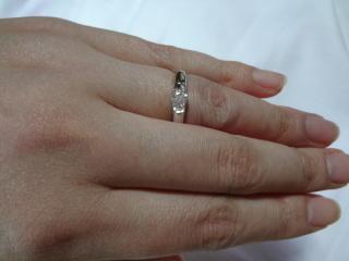【1/f  Anniversaryの口コミ】 婚約指輪でも様々なデザインがあり、スリムなもの、ウェーブ状のものなどが…