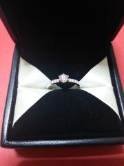【エクセルコダイヤモンド(EXELCO DIAMOND)の口コミ】 サイドに小さいダイヤが並んだ物が気になり、その様なデザインの指輪をた…