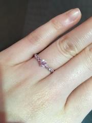 【HOSHI no SUNA 星の砂(ほしのすな)の口コミ】 サイドにもダイヤモンドがあって、ピンクサファイヤのタイプをつけました。…