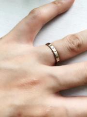 【Cadensia bridal(カデンシアブライダル)の口コミ】 オーソドックスな結婚指輪って感じのデザインは嫌だったし、主人の指の感じ…