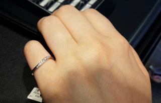 【エクセルコダイヤモンド(EXELCO DIAMOND)の口コミ】 指が太めなので指が細く見えるデザインを探していたところ、ウェーブデザ…