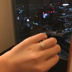 【Joie de treat.(ジョア・ドゥ・トリート)の口コミ】 華奢なリングに大きいダイヤのエンゲージリングが、日本人の指によく似合…