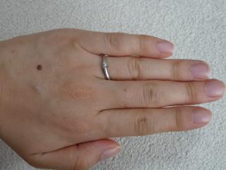【俄(にわか)の口コミ】 アクセサリーをつける習慣がないので、婚約指輪を無駄にしないように、婚…