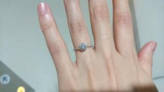 【宝寿堂(ほうじゅどう)の口コミ】 中心ダイヤの周りが花びらのような形をしていて、一輪のお花のような指輪…