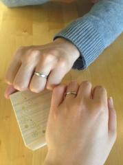 【Something Blue(サムシングブルー)の口コミ】 主人の指に似合うデザインで、私にもあうものを探しました。ゴツくならず、…