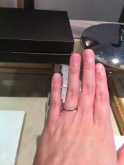 【アイプリモ(I-PRIMO)の口コミ】 緩いv字ラインになっていて、指が綺麗に見える印象です。中央のダイヤモン…
