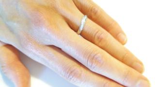 【4℃(ヨンドシー)の口コミ】 ダイヤモンドが波のように並んでいるデザインがシンプルながら高級感もあり…