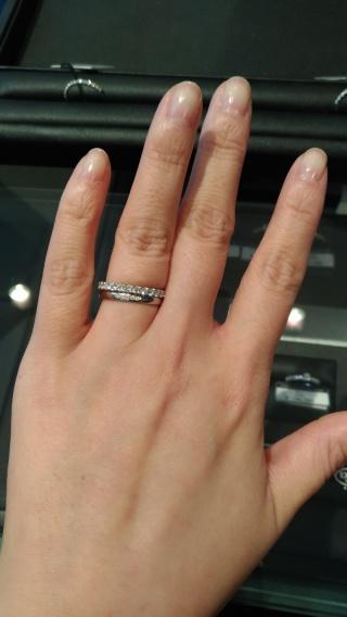 【エクセルコダイヤモンド(EXELCO DIAMOND)の口コミ】 婚約指輪だと目立ちすぎ、結婚指輪だけでは物足りない時に、重ね付けようと…