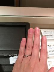 【アイプリモ(I-PRIMO)の口コミ】 緩やかなウェーブが、指のラインを綺麗に見せてくれる印象です。中央のダイ…