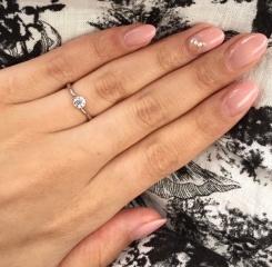 【AFFLUX(アフラックス)の口コミ】 婚約指輪は沢山試着して迷いましたが、6号と比較的指が細いのでボリューム…